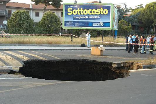 La voragine apertasi nel 2008 in viale Lorenzo Bolano