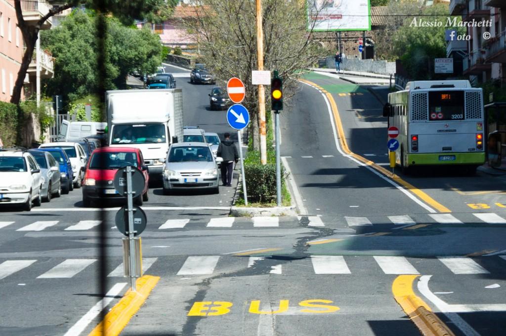 La corsia del BRT n viale Fleming rende pericolosa la strada per i ciclisti e rallenta il transito delle automobili - Foto del 10 aprile 2013 durante l'inaugurazione del BRT