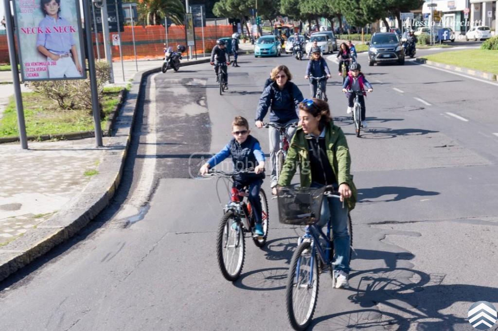 Bambini raggiungono il Lungomare Liberato durante una delle precedenti edizioni del BiciBus