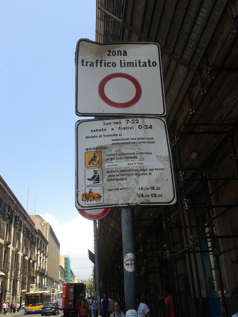 Segnaletica verticale indicante norme e divieti per il transito nella ZTL
