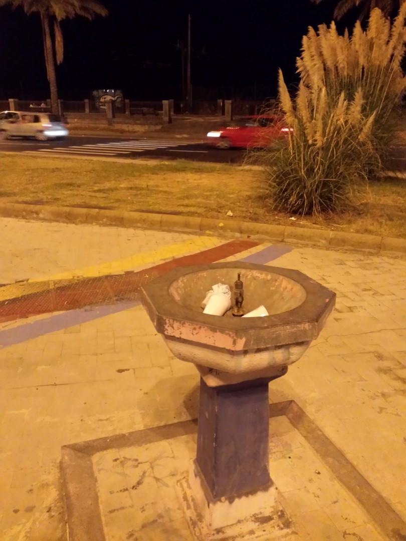 Fontanella in Piazza dei Martiri usata come cestino per i rifiuti