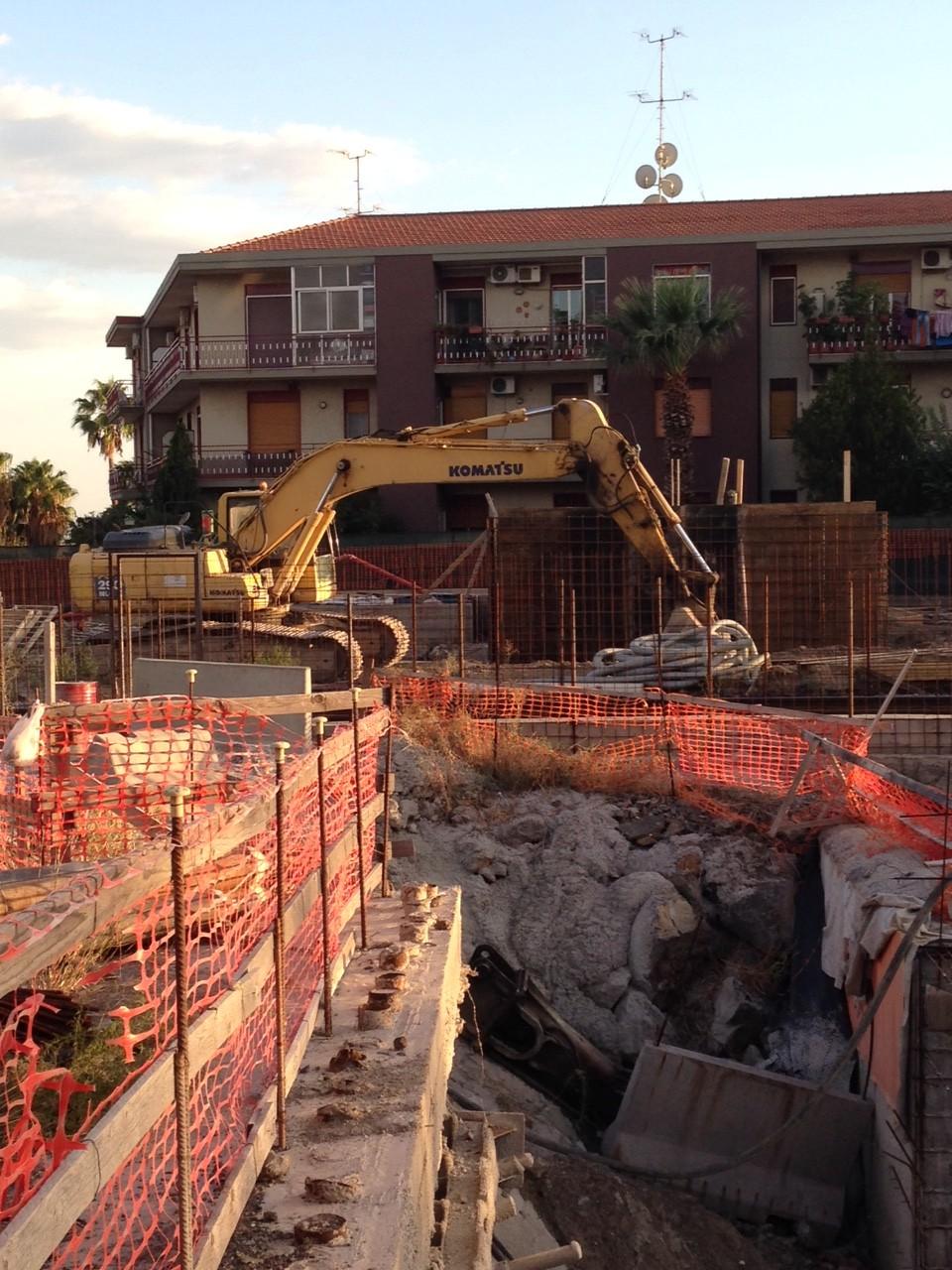 Particolare: l'escavatore utilizzato nella parte superficiale del cantiere.
