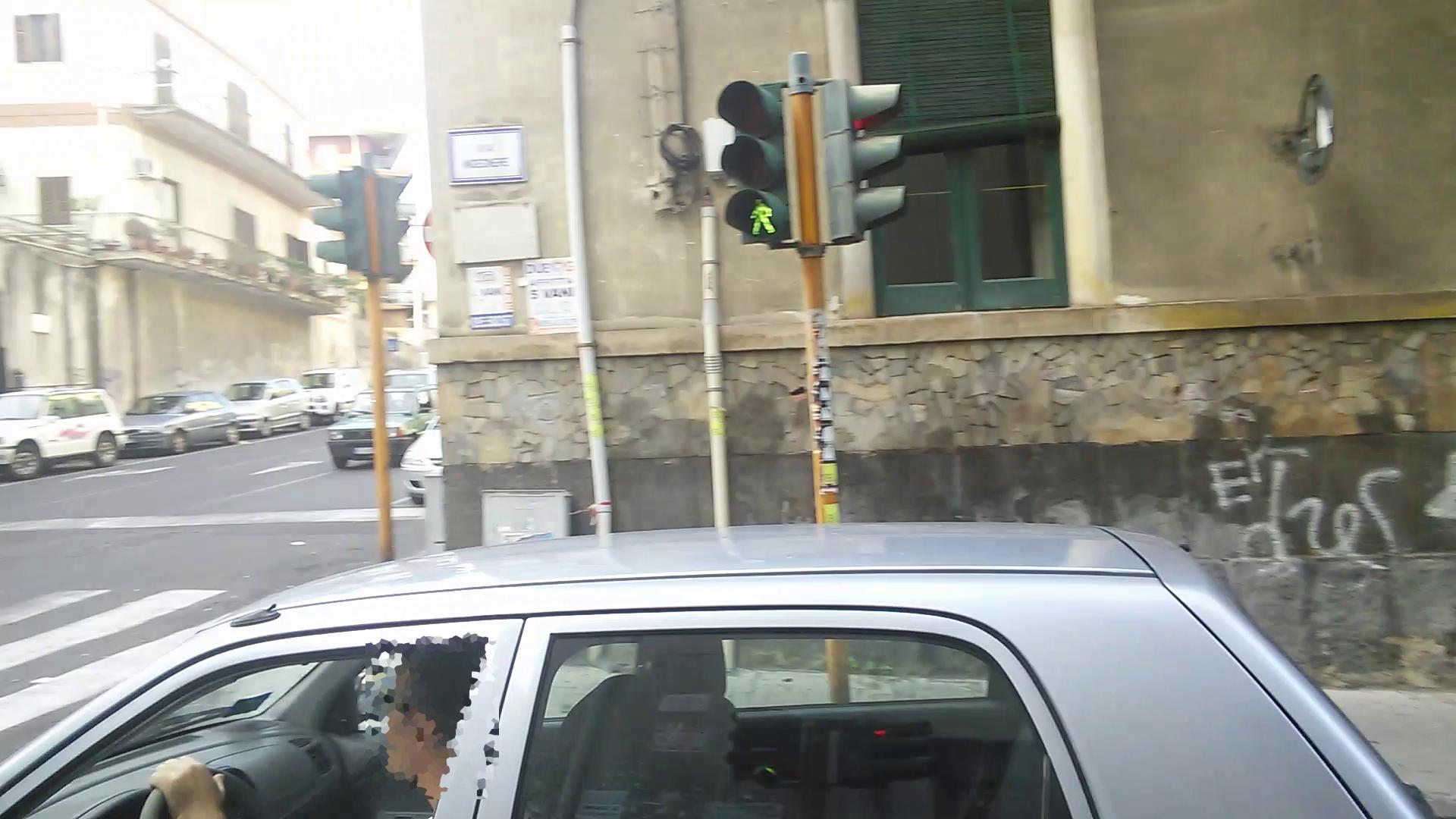 09_stop_semaforo_rosso_strisce_inmezzoaipiedi_(via Passo Gravina - via Ingegnere)