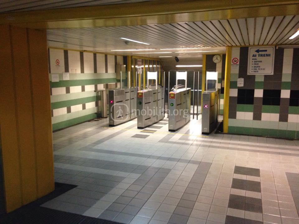 Stazione Borgo, piano mezzanino. I varchi di accesso