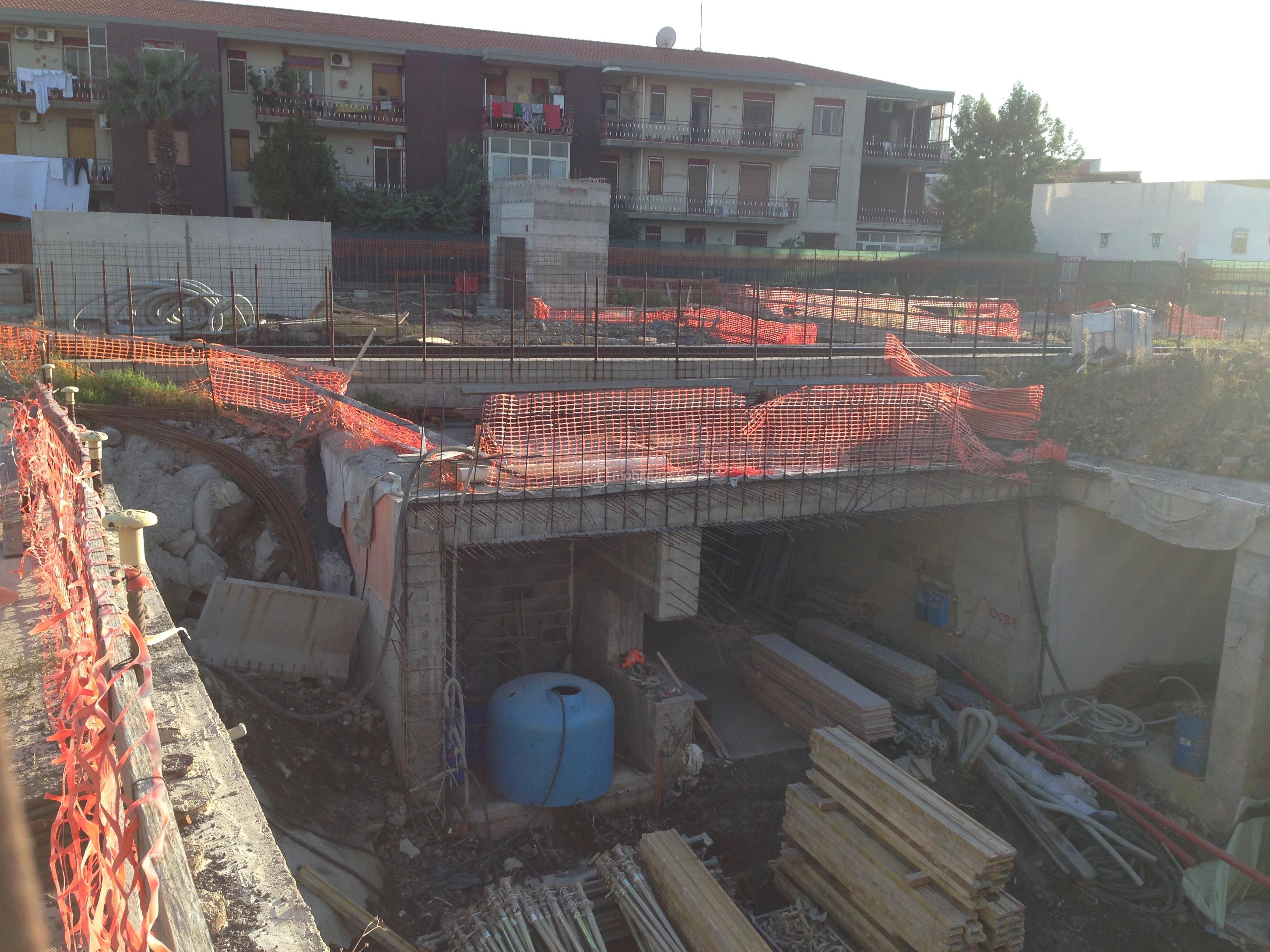 Panoramica del cantiere; sullo sfondo l'ascensore che condurrà alla stazione direttamente dalla superficie [foto Luigi Sciarrone]