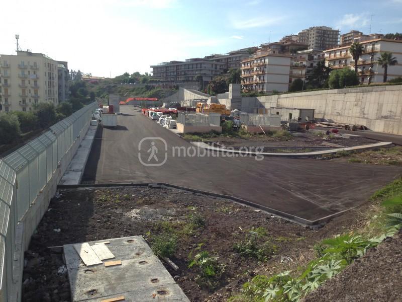 Vista da viale Alexander Fleming; si nota asfaltata l'area che sarà adibita a parcheggio in superficie [foto Luigi Sciarrone]