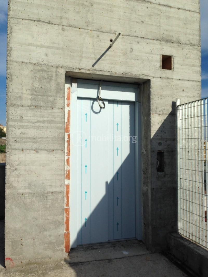 L'ascensore che conduce alla stazione Milo direttamente da via Bronte [foto Luigi Sciarrone]