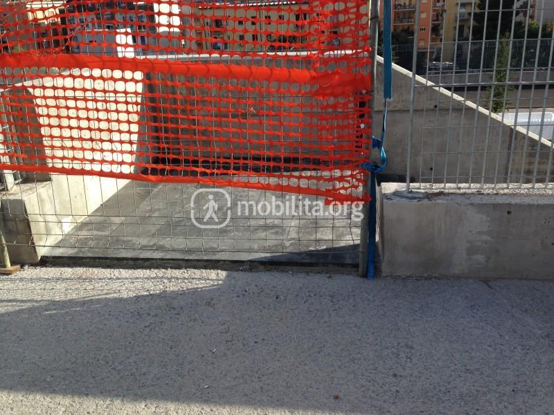 L'accesso alla scala che conduce al piazzale [foto Luigi Sciarrone]