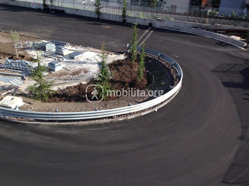 Particolare dell'accesso al parcheggio della stazione Milo con guardrail e alberi di recente piantumazione [foto Luigi Sciarrone]