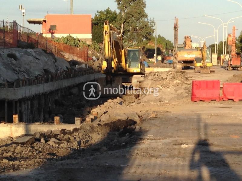 Mezzi all'opera sul lato nord del cantiere; a sinistra la stazione di superficie della Circumetnea e il parcheggio scambiatore [foto Luigi Sciarrone]