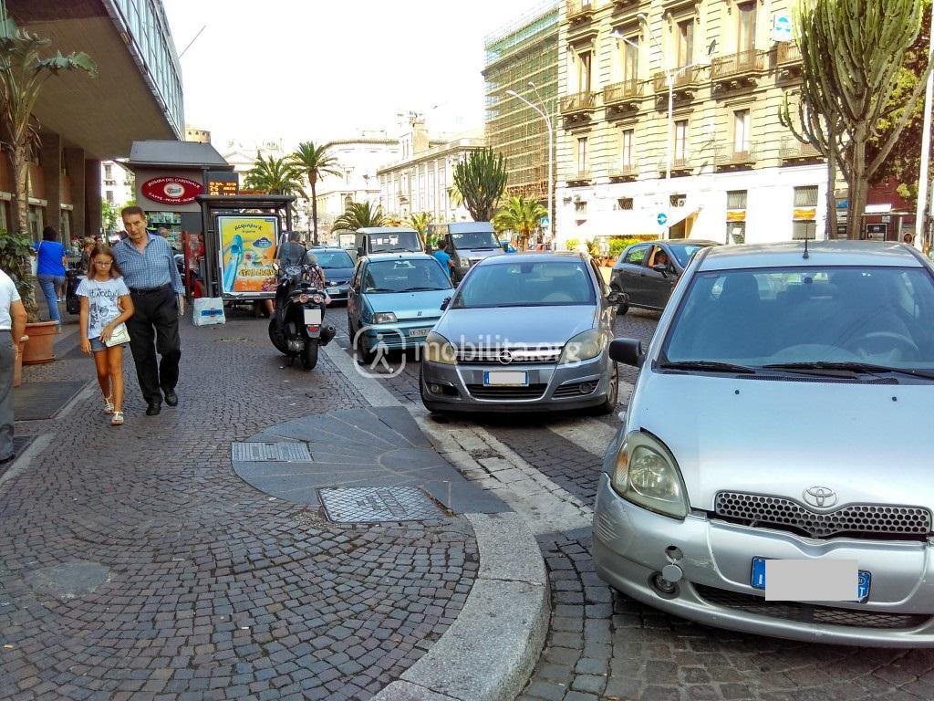 Sosta in corrispondenza delle strisce pedonali o degli incroci (Corso Sicilia)