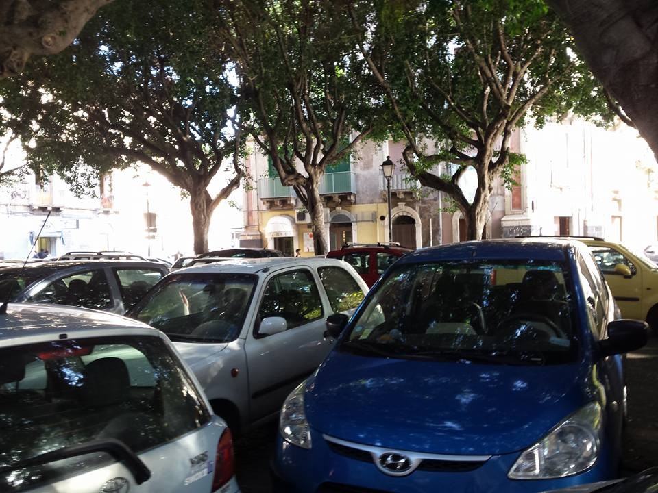 Piazza Dante auto illegali