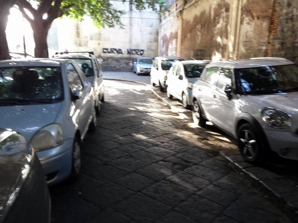 Piazza Dante auto marciapiedi