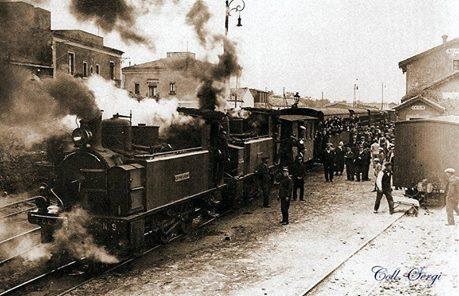"""Locomotiva n°9, la """"Castiglione"""", collegata ad una seconda locomotiva trainante il convoglio di vagoni. Stazione FCE di Adrano. Archivio storico FCE"""