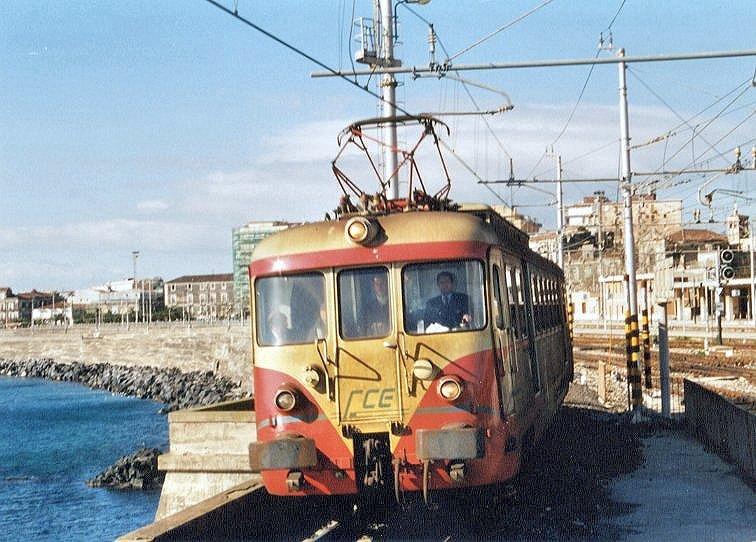Automotrice ex FCU, in uso dal 1999 al 2001, presso la fermata FS