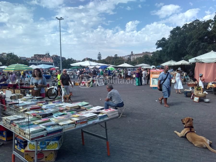 Il mercatino delle pulci e dell antiquariato in piazza for Mercatino delle pulci catania