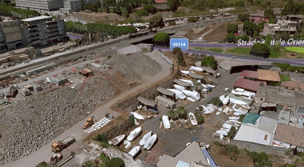L'ultimo tratto cambia denominazione e diventa via Barraco. Si possono notare i piloni di sostegno del futuro viadotto, appena abbozzato