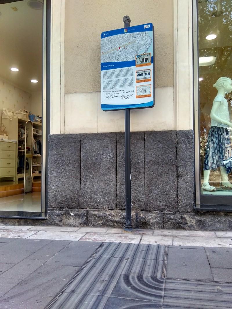 Marciapiede di Corso Italia dotato di sistema Loges con palina informativa-turistica