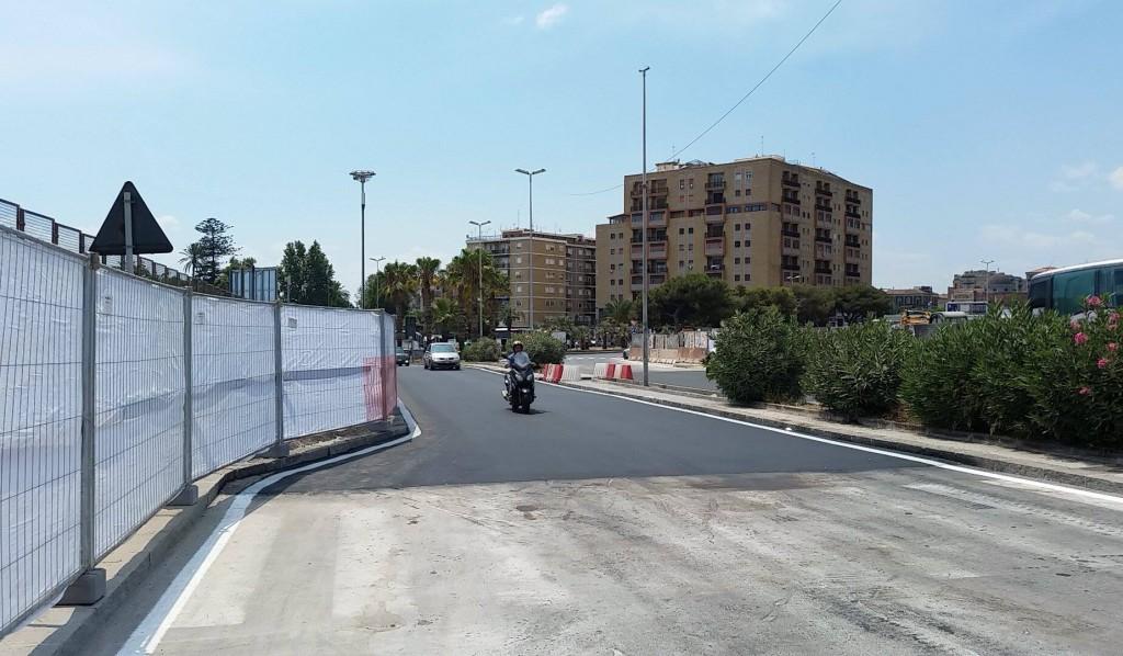 Viale Africa, carreggiata est (direzione Piazza Europa). A sinistra l'area dei nuovi accessi alla stazione