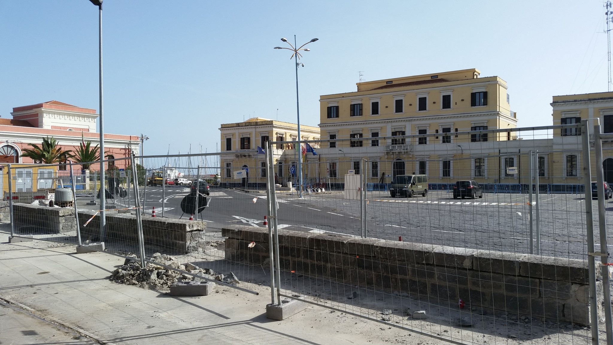 La vecchia sede della Capitaneria di Porto di Catania. A sinistra, la vecchia dogana