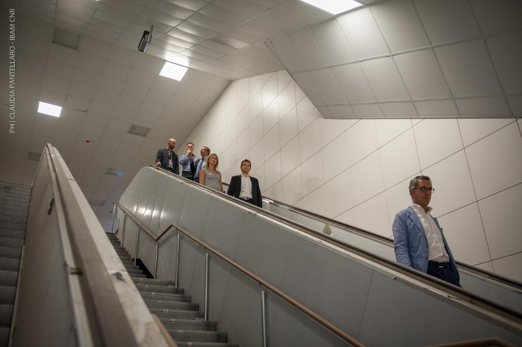 Il percorso tra il mezzanino e il livello treni della stazione Stesicoro