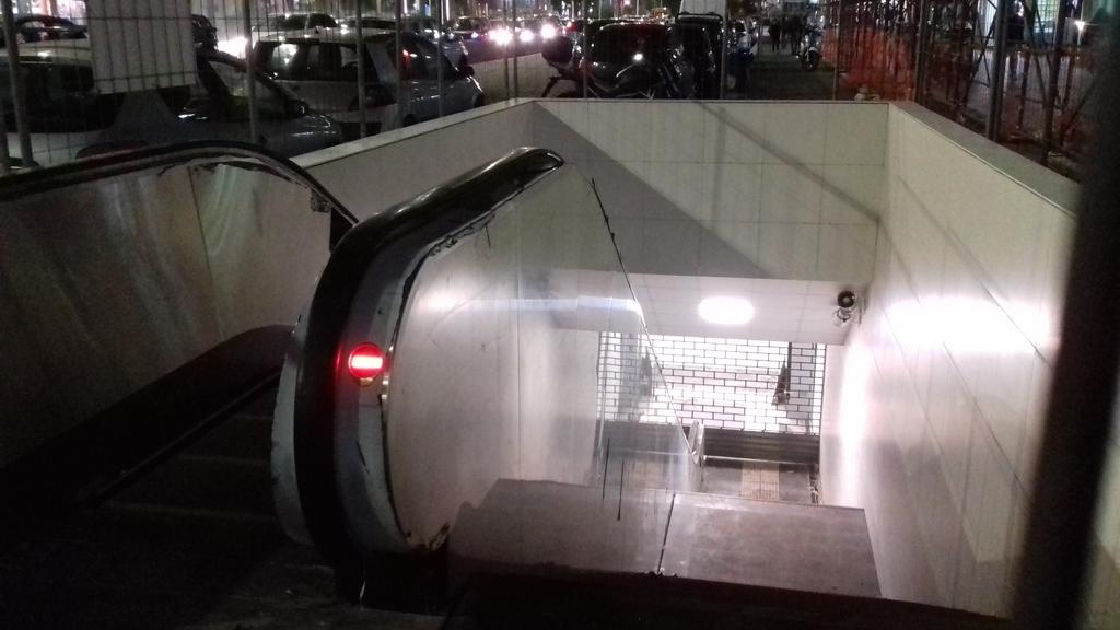 Stazione accesa e scala mobile collegata (foto Ettore Marengo)