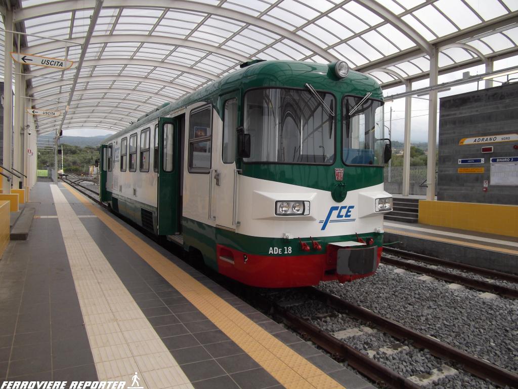 """ADe 18 """"La Prima"""", in sosta nella nuova stazione di Adrano nord, durante i primi giorni di esercizio viaggiatori."""