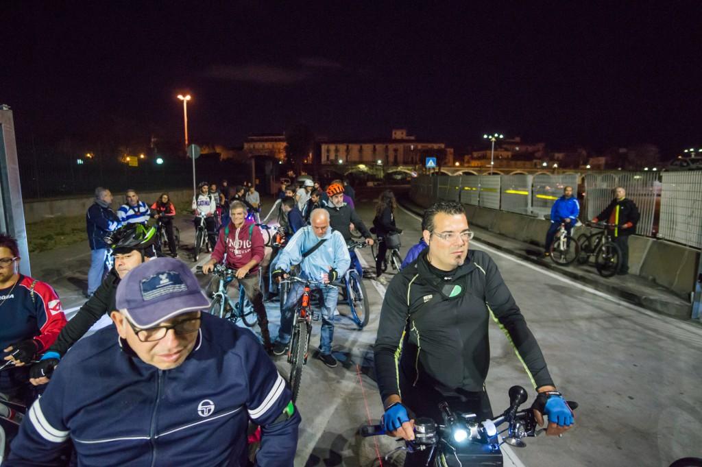 Ciclisti bloccati al porto