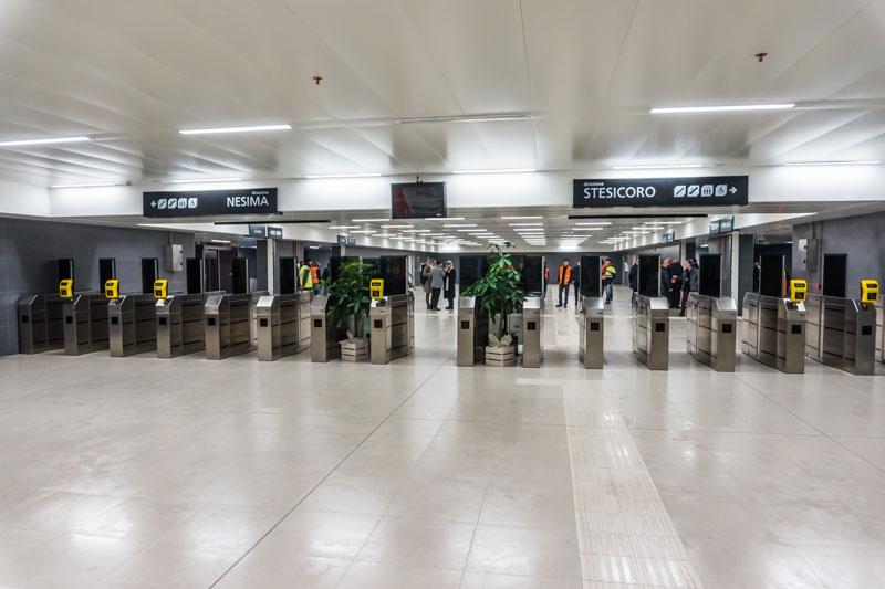 """Stazione """"Giovanni XXIII"""", piano mezzanino: tornelli"""