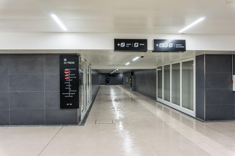"""Stazione """"Giovanni XXIII"""", piano mezzanino: il corridoio che conduce alle uscite in viale Africa"""