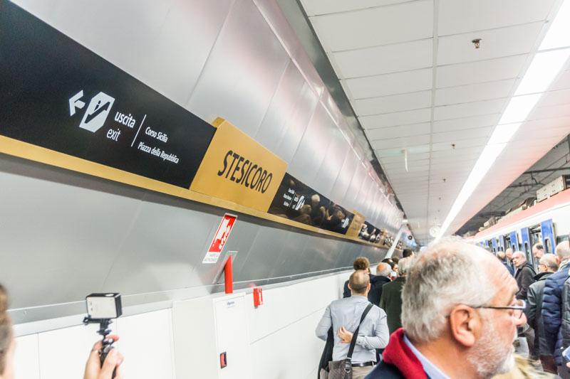 """Stazione """"Stesicoro"""", segnaletica al livello treni"""
