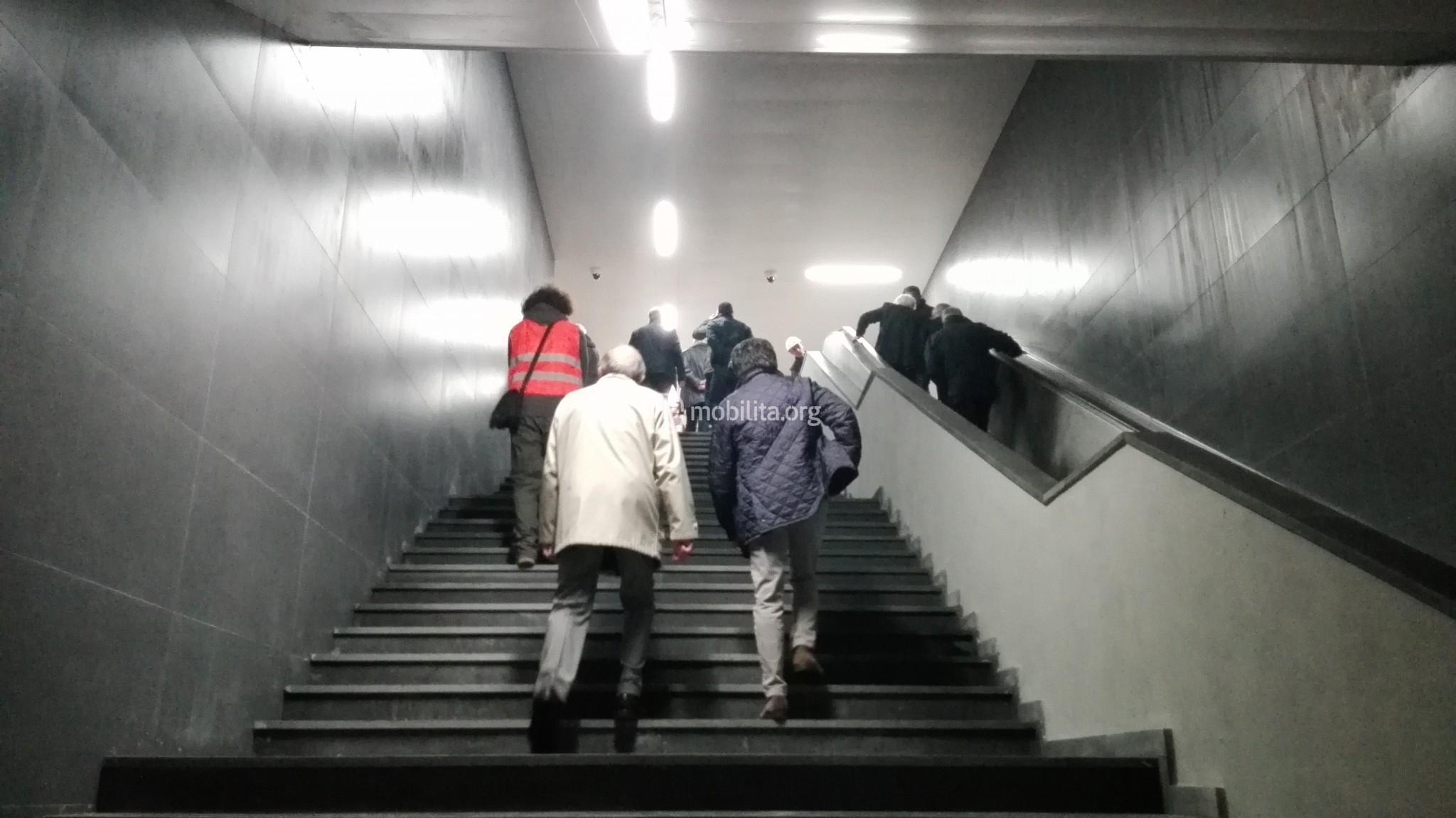 """Stazione """"Giovanni XXIII"""", collegamento tra piano binari e piano mezzanino"""