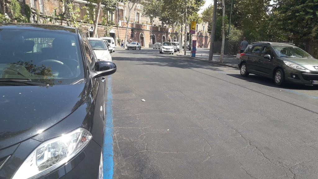 Tante le auto parcheggiate dentro la via nonostante sia interdetta al transito dalle 8 alle 21
