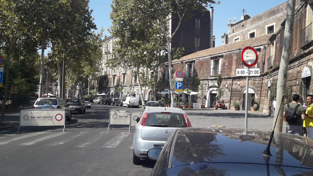 A destra si vede chiaramente il divieto di transito orientato verso il marciapiede. Qualcuno deve averlo appositamente spostato come anche la transenna