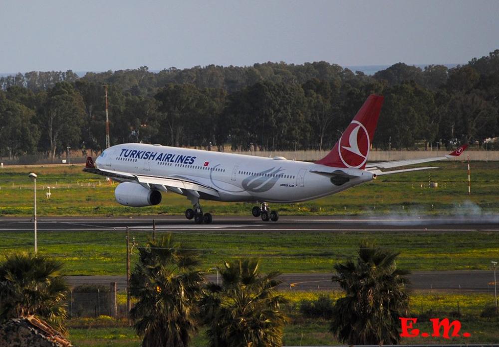 4 gennaio del 2015: un A330-200 della Turkish Airlines presso lo scalo di Fontanarossa