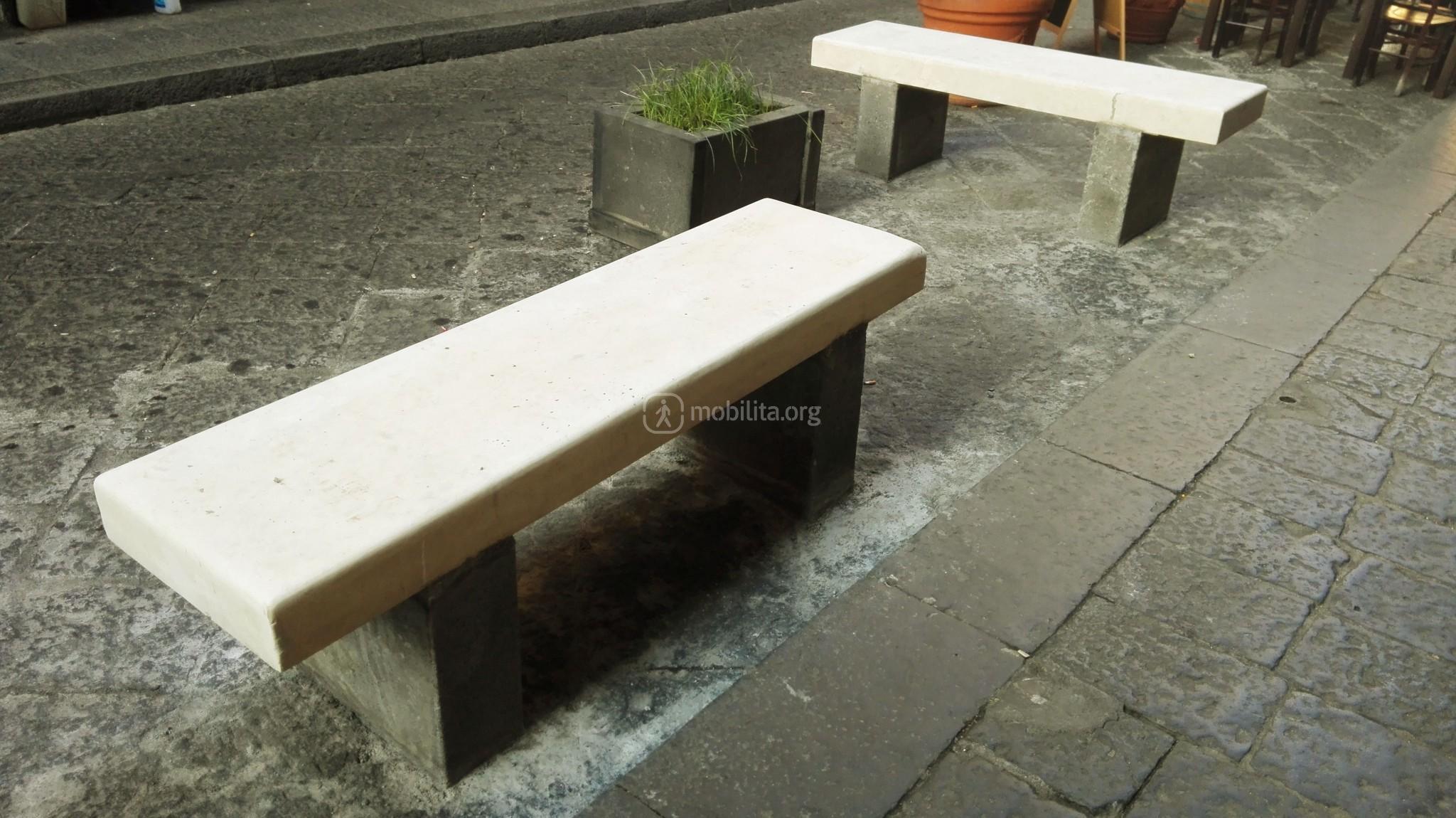 Foto nuovo arredo urbano in via pacini in attesa del for Arredo in via cavaliere catania