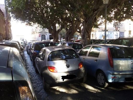 La situazione attuale in Piazza Dante in cui spesso non si può neanche camminare. Foto di Monastero Abusivo