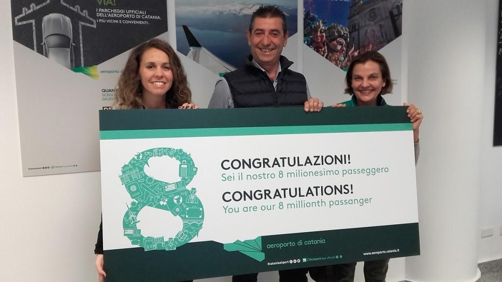 Victoria Lazare (Account Manager Vueling per l'Italia), il passeggero Buscema e la moglie