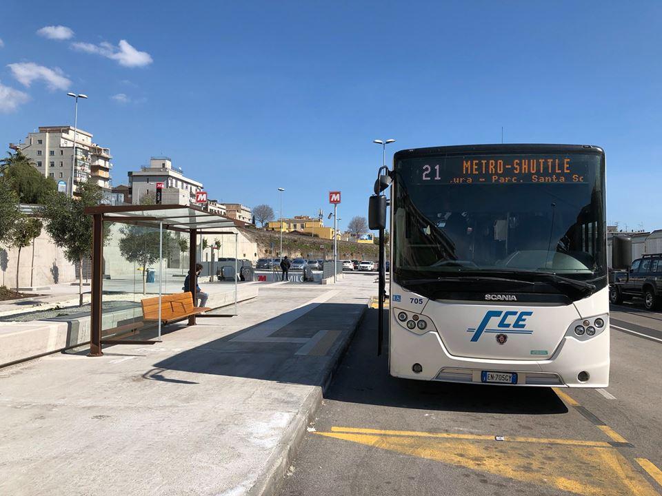 """Metro Shuttle presso il piazzale parcheggio """"Milo"""" soprastante l'omonima stazione metro"""