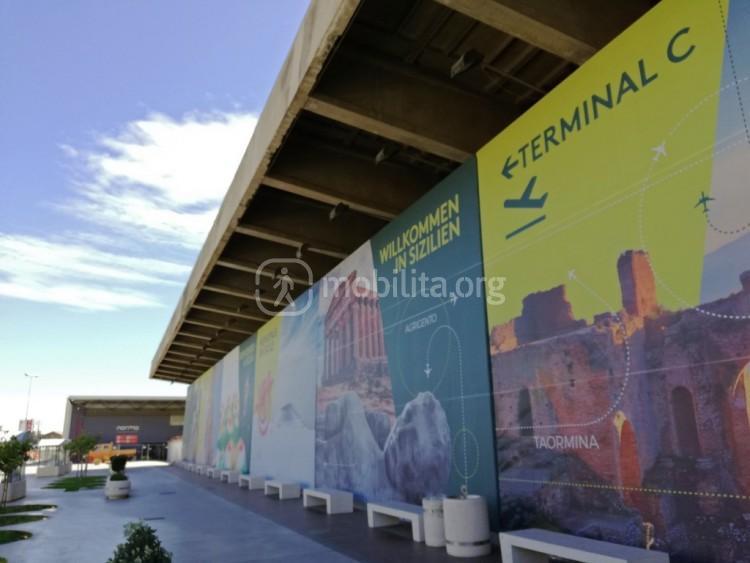 In primo piano il futuro terminal B (ex Morandi) con le indicazioni del Terminal C