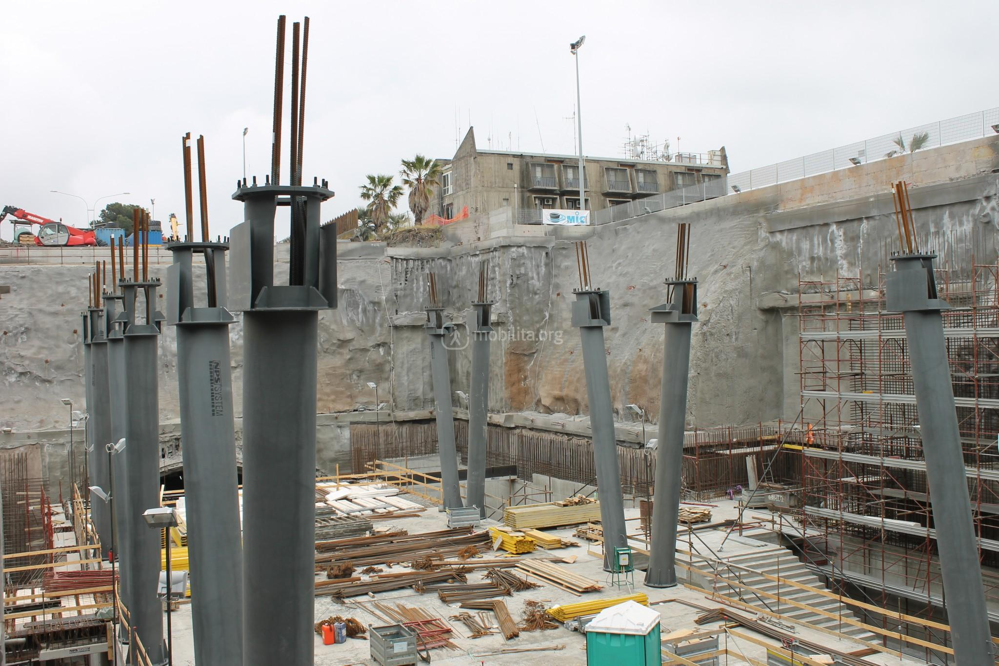 Grandi colonne in acciaio sosteranno i solai sugli ampi spazi interni della stazione