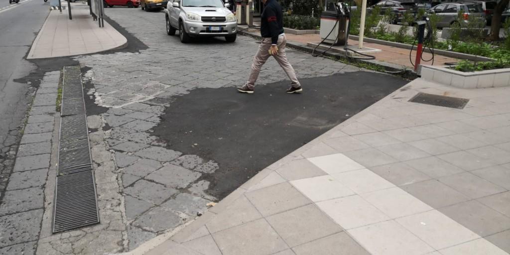 Il mancato ripristino del basolato lavico, sostituito con chiazze di asfalto
