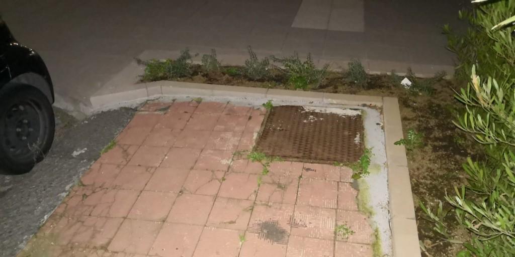 L'area centrale dove la vecchia pavimentazione, in stato degradato, non è stata sostituita