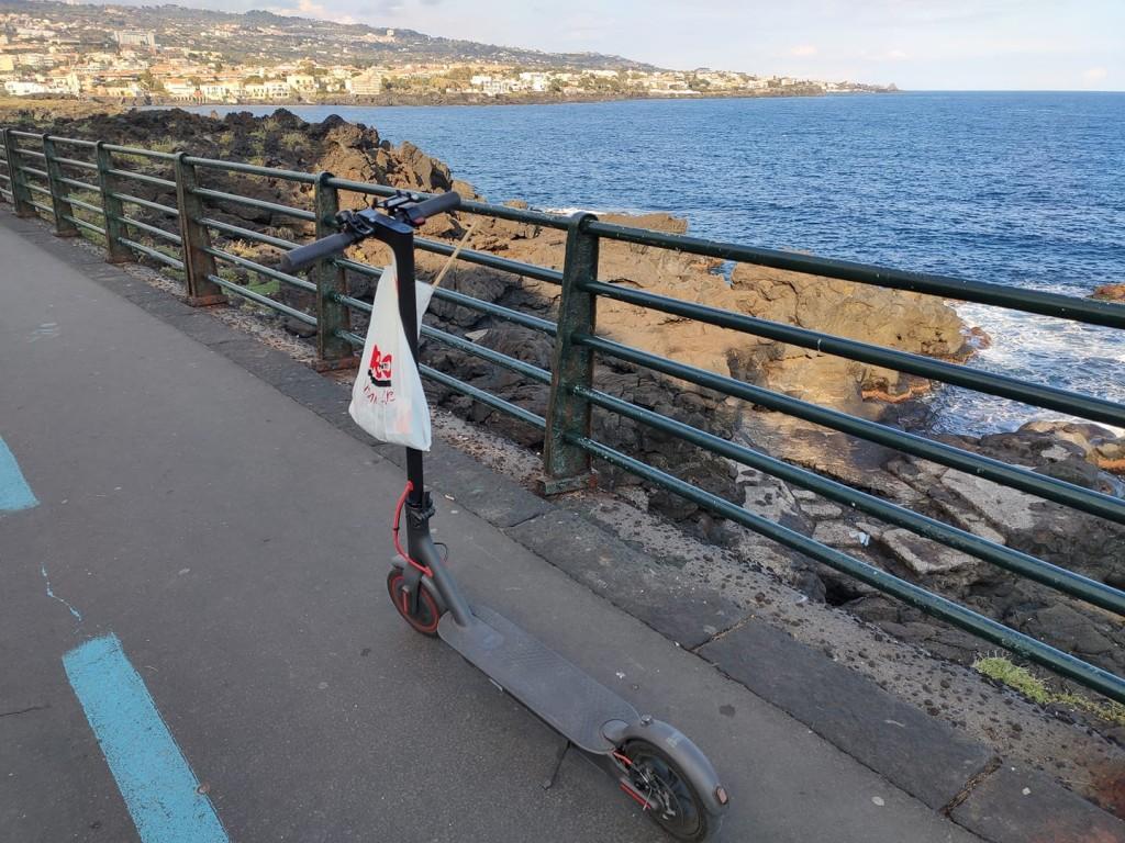 Monopattino elettrico in sosta presso il lungomare di Catania. Foto di Fabio Giaffaglione