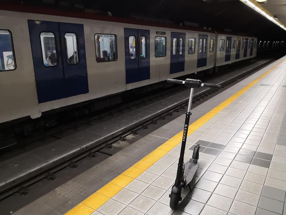"""Monopattino presso la fermata """"Giuffrida"""" della metropolitana di Catania. Foto di Andrea Tartaglia"""