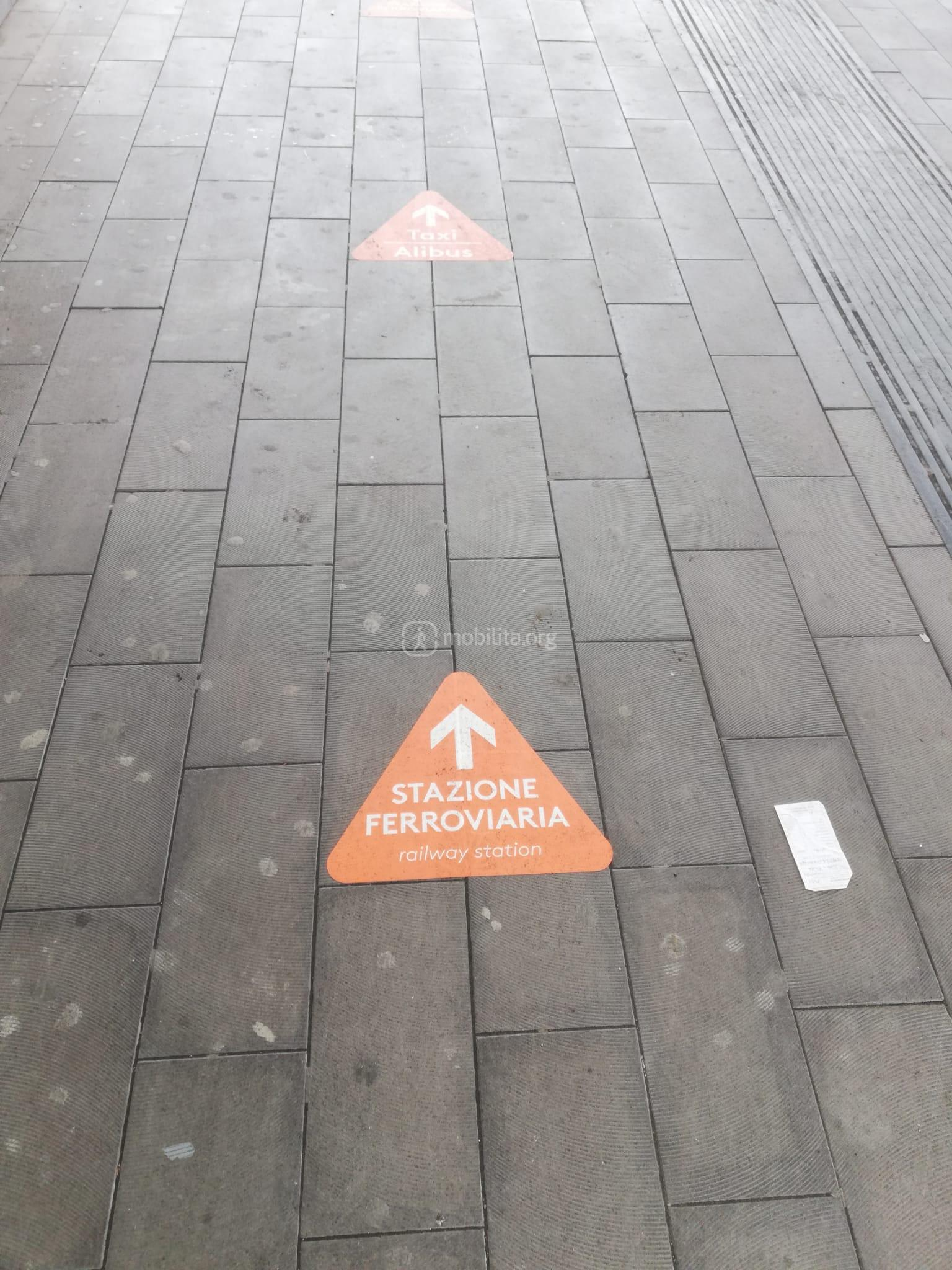 La nuova segnaletica pedonale a terra per condurre alla nuova stazione ferroviaria