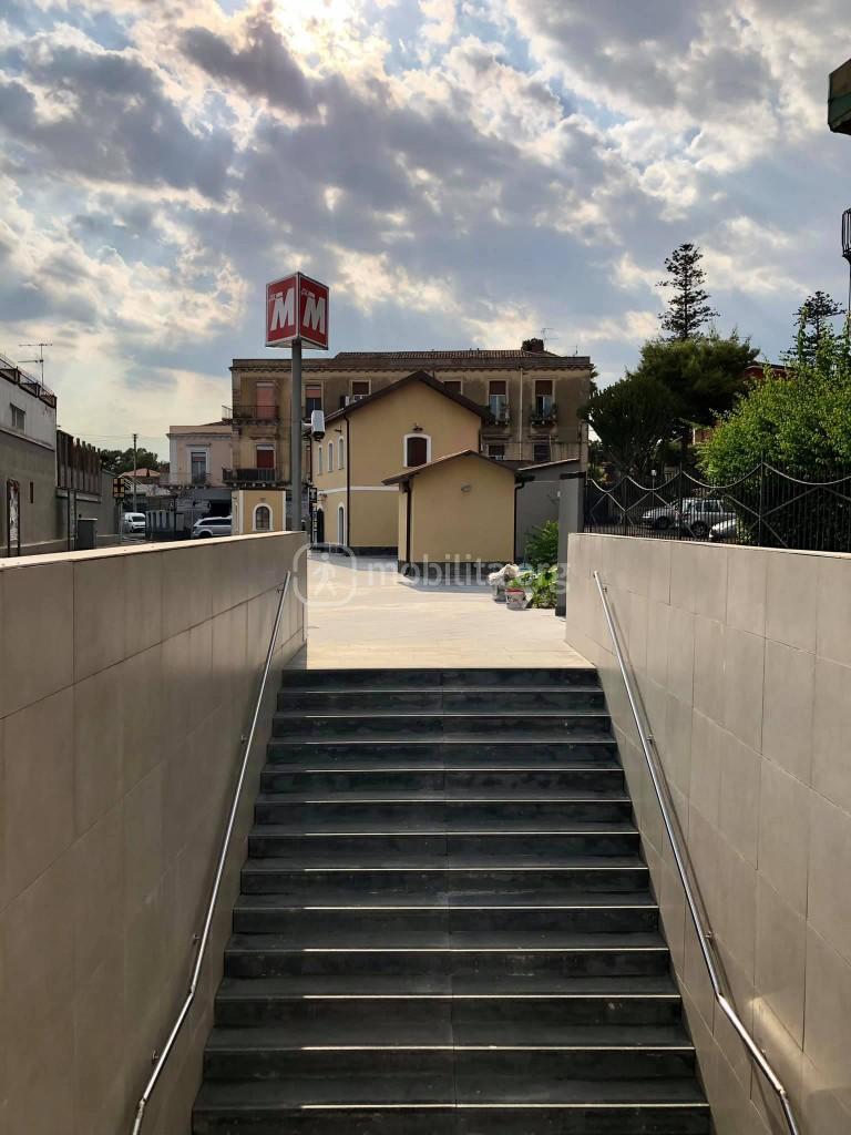 L'ingresso-uscita di metro Cibali in via Galermo, in corrispondenza della stazione di superficie della Ferrovia Circumetnea - Foto di Andrea Petralia