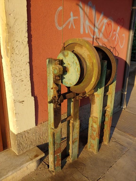 L'organo a cremagliera per l'azionamento dei passaggi a livello della stazione di Misterbianco. Foto di Vincenzo La Rosa.
